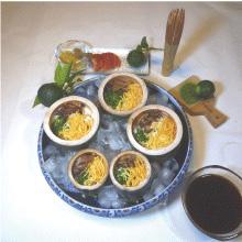 冷やし素麺(そうめん)の青竹盛り